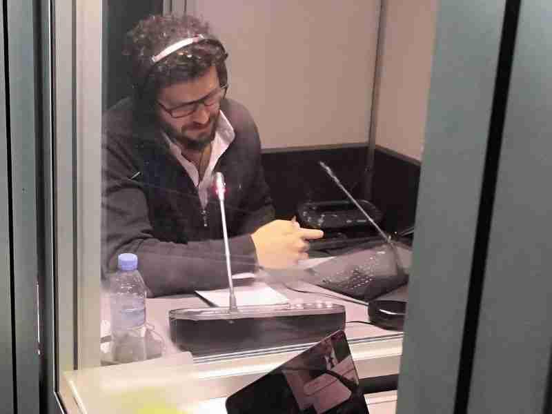 intérprete realizando traducción simultánea remota para streaming