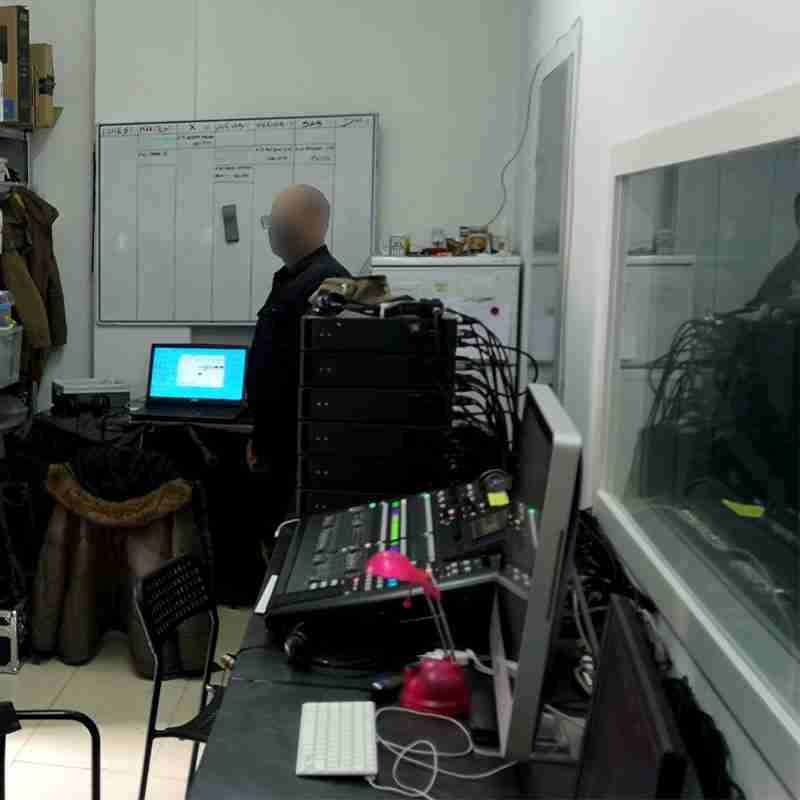 intérprete realizando traducción simultánea remota para Webex