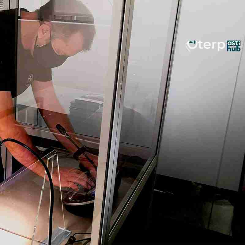 intérprete en cabina iso4043 para traducción simultánea remota para webex